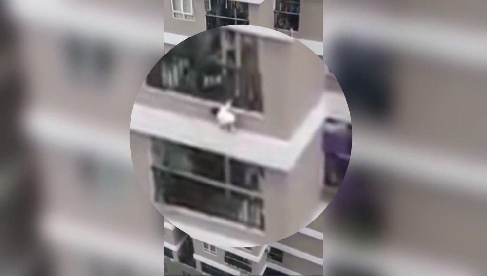 Un repartidor salva la vida de una niña de 3 años al caer desde un 12 piso en Vietnam