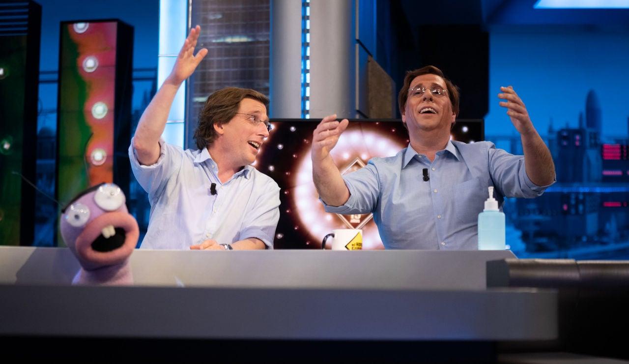 El loco momento en el que José Luis Martínez-Almeida y su doble se atreven a cantar al estilo Julio Iglesias