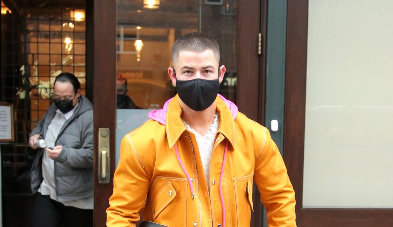 Nick Jonas paseando por las calles de Nueva York con un llamativo y colorido outfit
