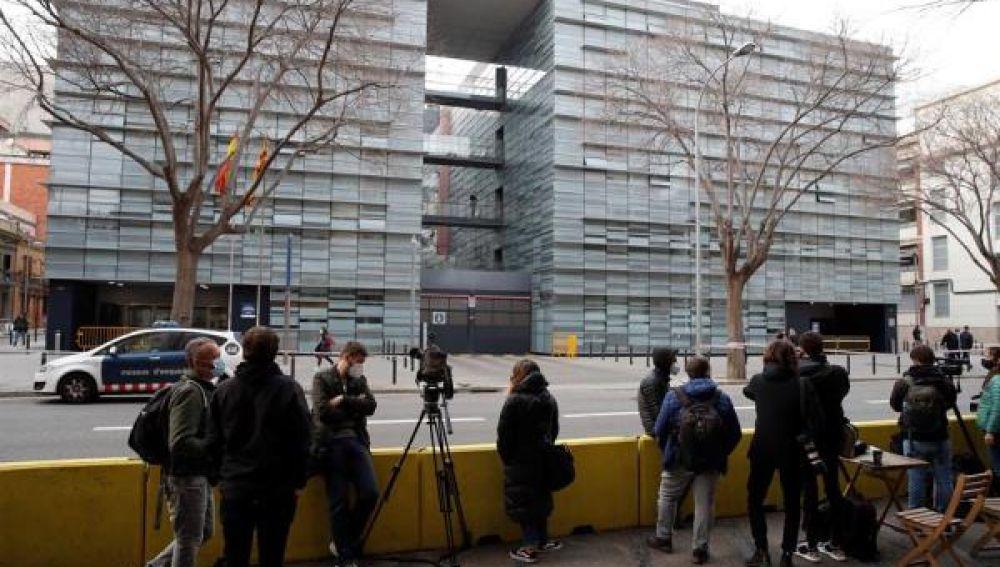 Medios de comunicación esperan ante la comisaría de Les Corts