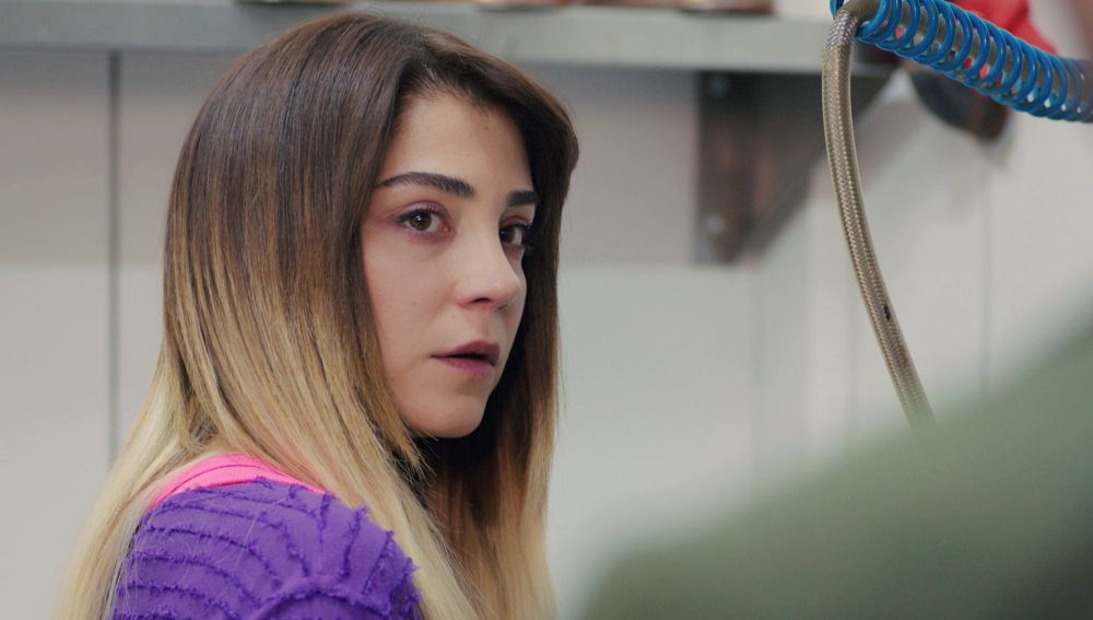 Ceyda, a la desesperada, trata de alejar a Emre de Sirin