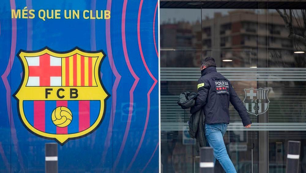 Agentes del Área Central de Delitos Económicos de los Mossos d'Esquadralas, este lunes en las oficinas del FC Barcelona