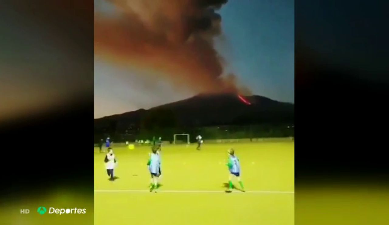 La imagen viral de unos niños jugando al fútbol junto al volcán Etna en erupción