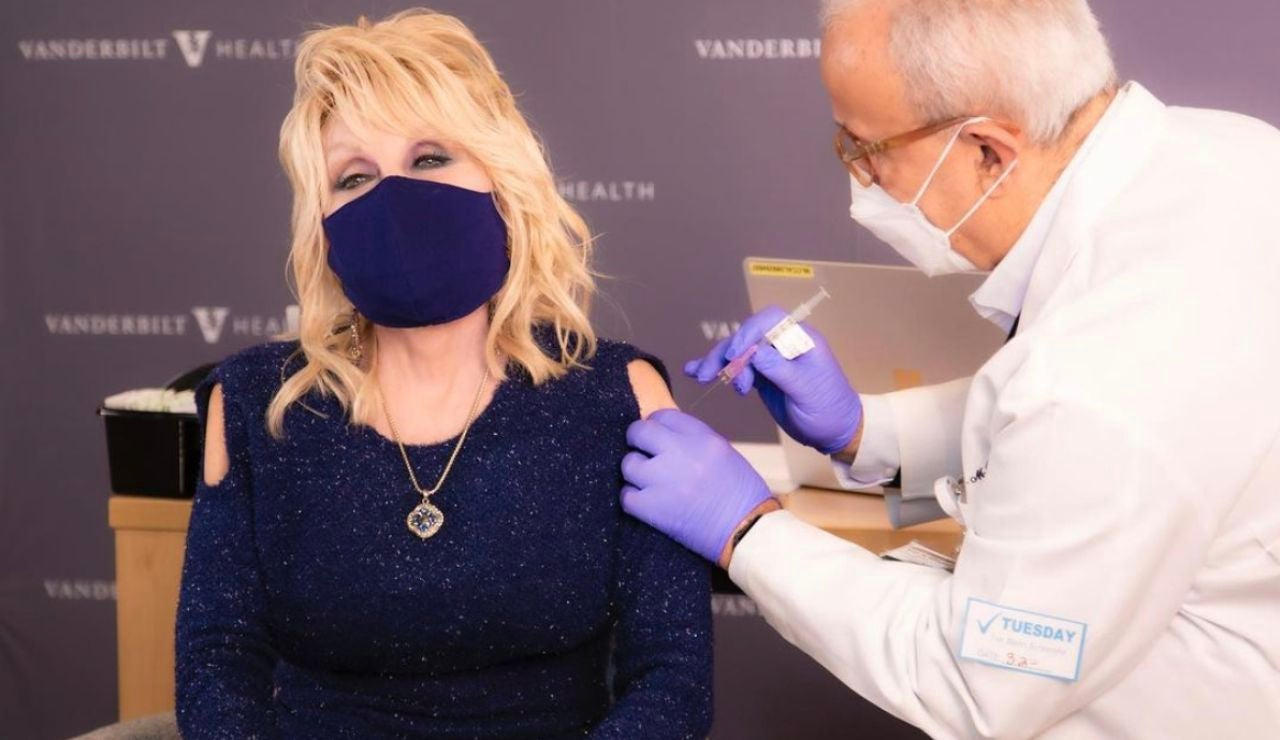 Dolly Parton canta una version de Jolene antes de vacunarse contra el coronavirus