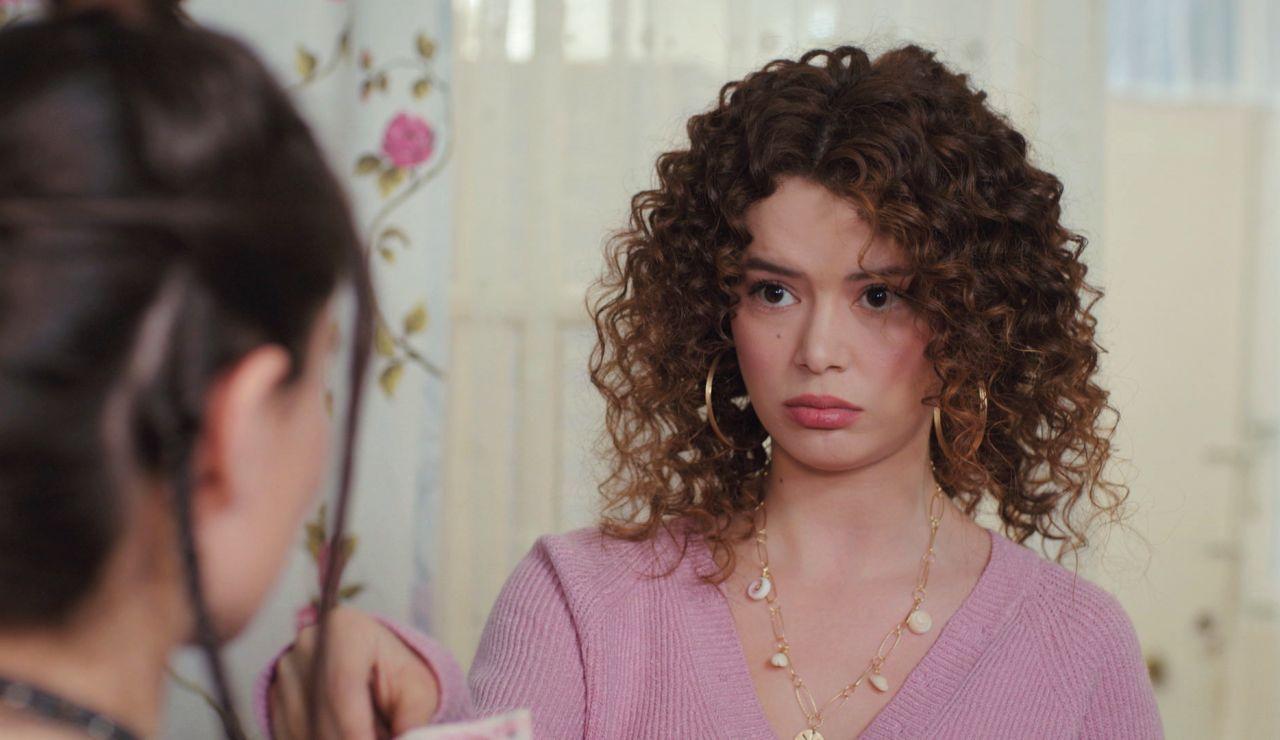 Sirin engaña a Idil tras descubrir su grave problema de dinero