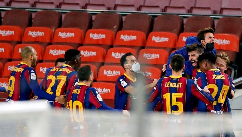Los jugadores el Barcelona celebran el gol de Piqué en el descuento