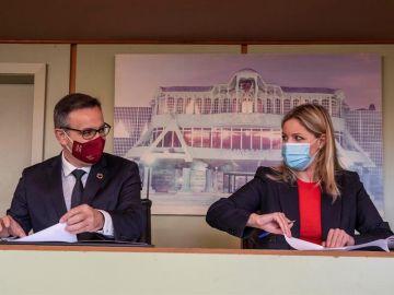 El secretario general del PSOE y portavoz del grupo parlamentario socialista en la Asamblea Regional de Murcia, Diego Conesa (i), y la coordinadora regional de Ciudadanos, Ana Martínez Vidal