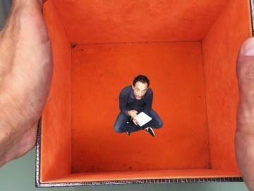 Un profesor se convierte en 'El increíble hombre menguante' para promocionar un concurso de microrrelatos