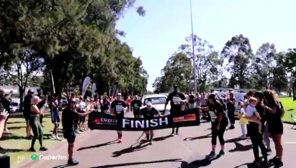 Bate el récord del mundo al correr un maratón arrastrando una camioneta de tonelada y media