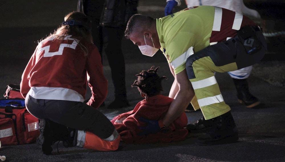 Salvamento Marítimo y Cruz Roja atienden a una de las menores rescatadas