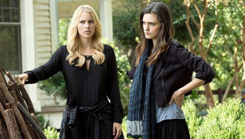 Claire Holt y Phoebe Tonkin en 'The Originals'