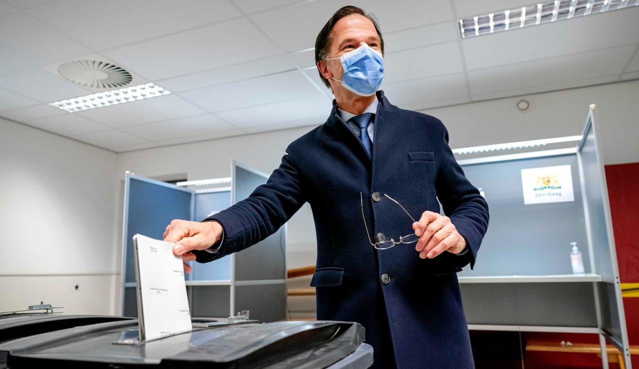 Mark Rutte vota en las elecciones de Países Bajos