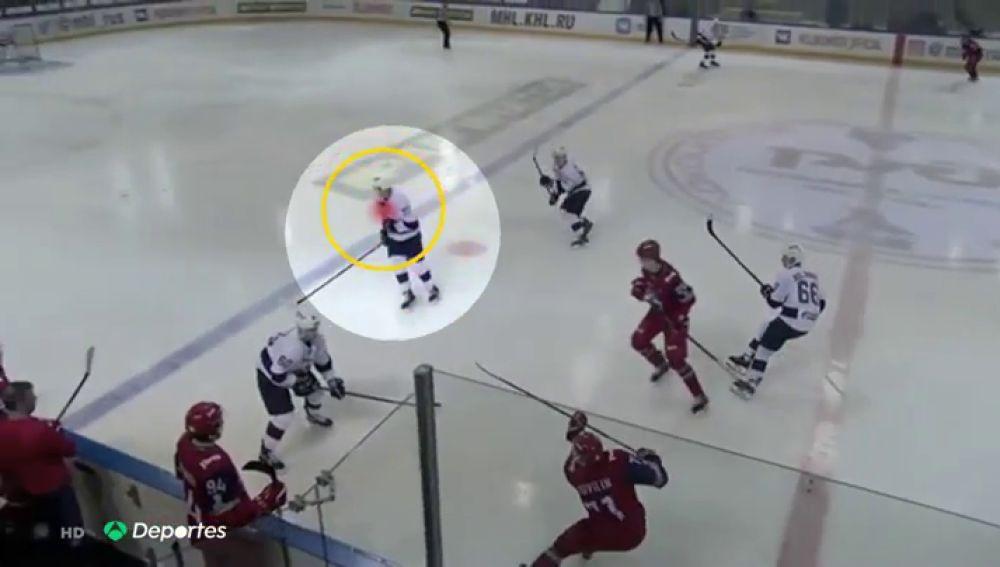 Muere un jugador de hockey hielo a los 19 años tras recibir un impacto del disco en la cabeza
