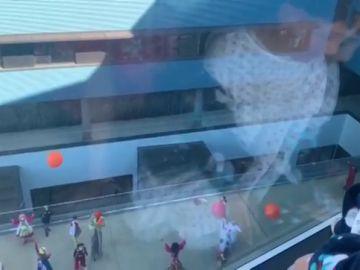 Las sonrisas vuelven al hospital de Vigo a través de la ventana