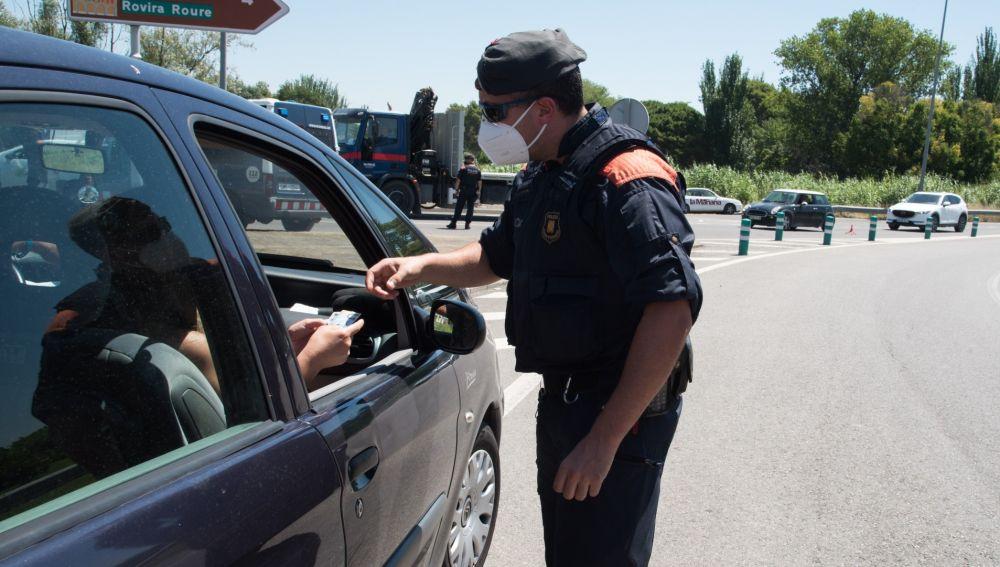 Un agente comprueba la movilidad en Cataluña