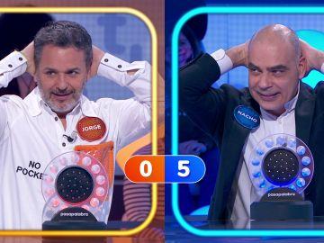¡Con las manos en la nuca! Nacho Abad añade dificultad en el duelo musical contra… ¿Paca La Piraña?