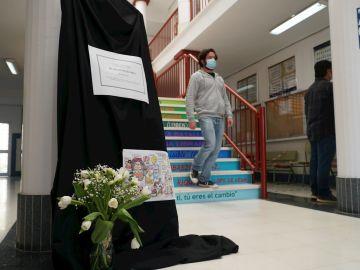 Los alumnos del IES Guadalpín de Marbella (Málaga) rinden homenaje a la profesora de 43 años que ha fallecido tras sufrir una hemorragia cerebral días después de recibir la vacuna de AstraZeneca