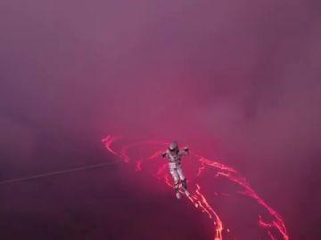 Karina Oli-ani consigue el Récord Guinness del mundo al atravesar en tirolina el volcán Erta Ale