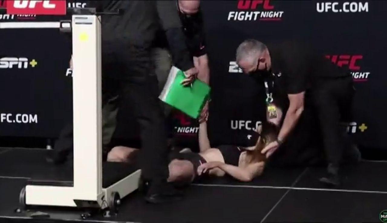 Una luchadora se desmaya en el pesaje al estar deshidratada por querer entrar en el peso