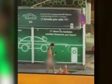 Un hombre acude a comprar de madrugada a una gasolinera de Gran Canaria desnudo