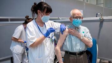 Un hombre de 94 años y su mujer de 92 son vacunados contra el COVID-19 en el Hospital Isabel Zendal