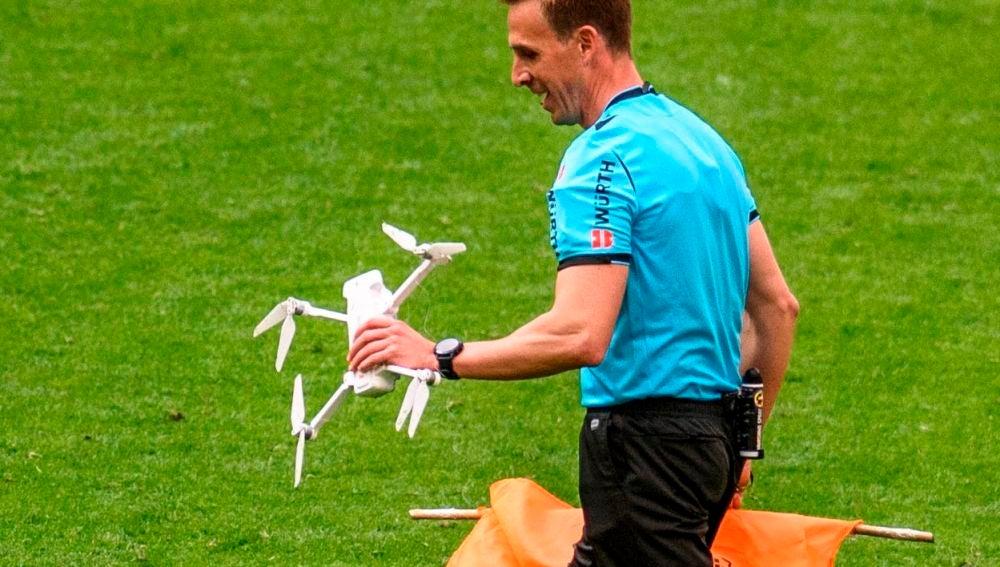 El árbitro recoge el dron que cayó en San Mamés