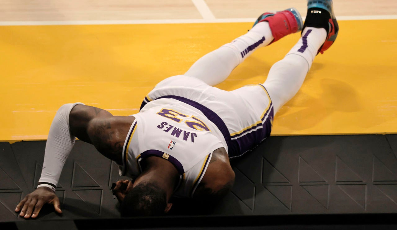 LeBron James se duele de su lesión en el partido contra los Hawks