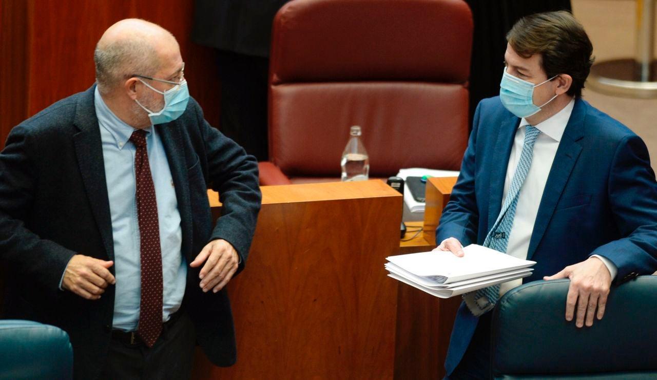 El presidente de la Junta de Castilla y León, Alfonso Fernández Mañueco, conversa con el vicepresidente, Francisco Igea