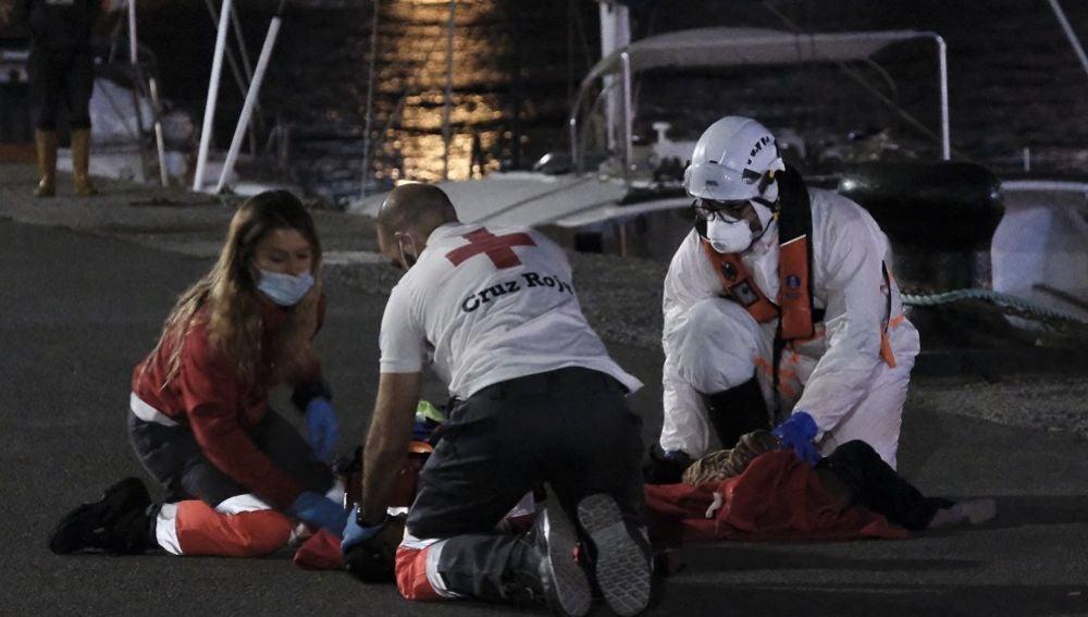 Voluntarios de Cruz Roja y un tripulante de Salvamento Marítimo en el momento de la reanimación a la niña