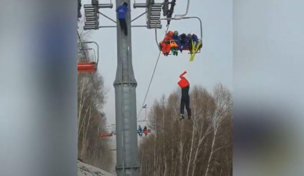 La agonía de un esquiador que queda colgado del telesilla en China antes de caer al vacío