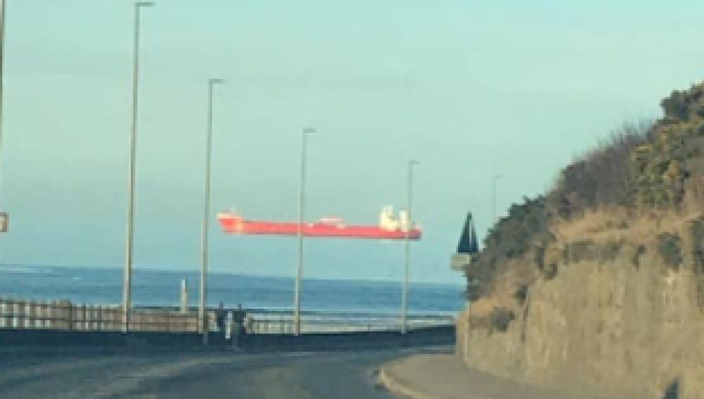 Ilusión óptica de un barco flotando en el aire