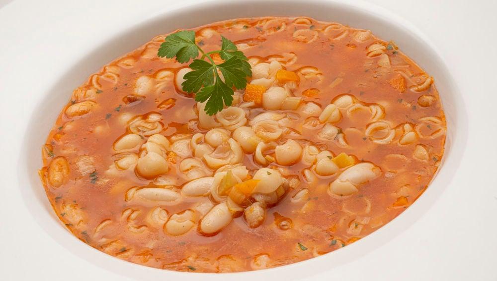 """""""Una sopa excelente"""" de Karlos Arguiñano: minestrone con alubias blancas"""