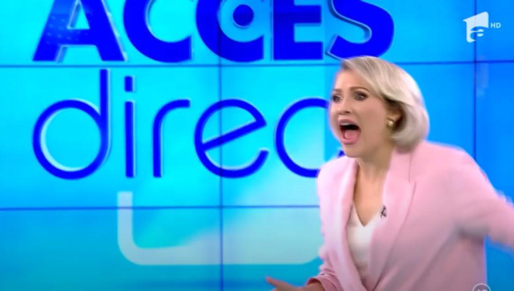Una mujer desnuda entra en directo en la televisión de Rumanía y ataca con una piedra a la presentadora