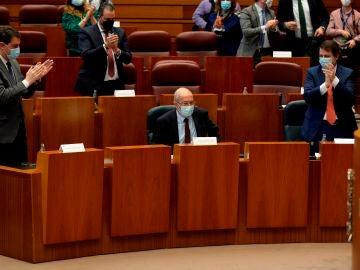 El presidente de la Junta, Alfonso Fernández Mañueco, aplaude al vicepresidente, Francisco Igea.
