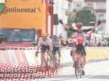 Andreas Kron celebra la victoria en la etapa 1 de la Volta a Catalunya 2021