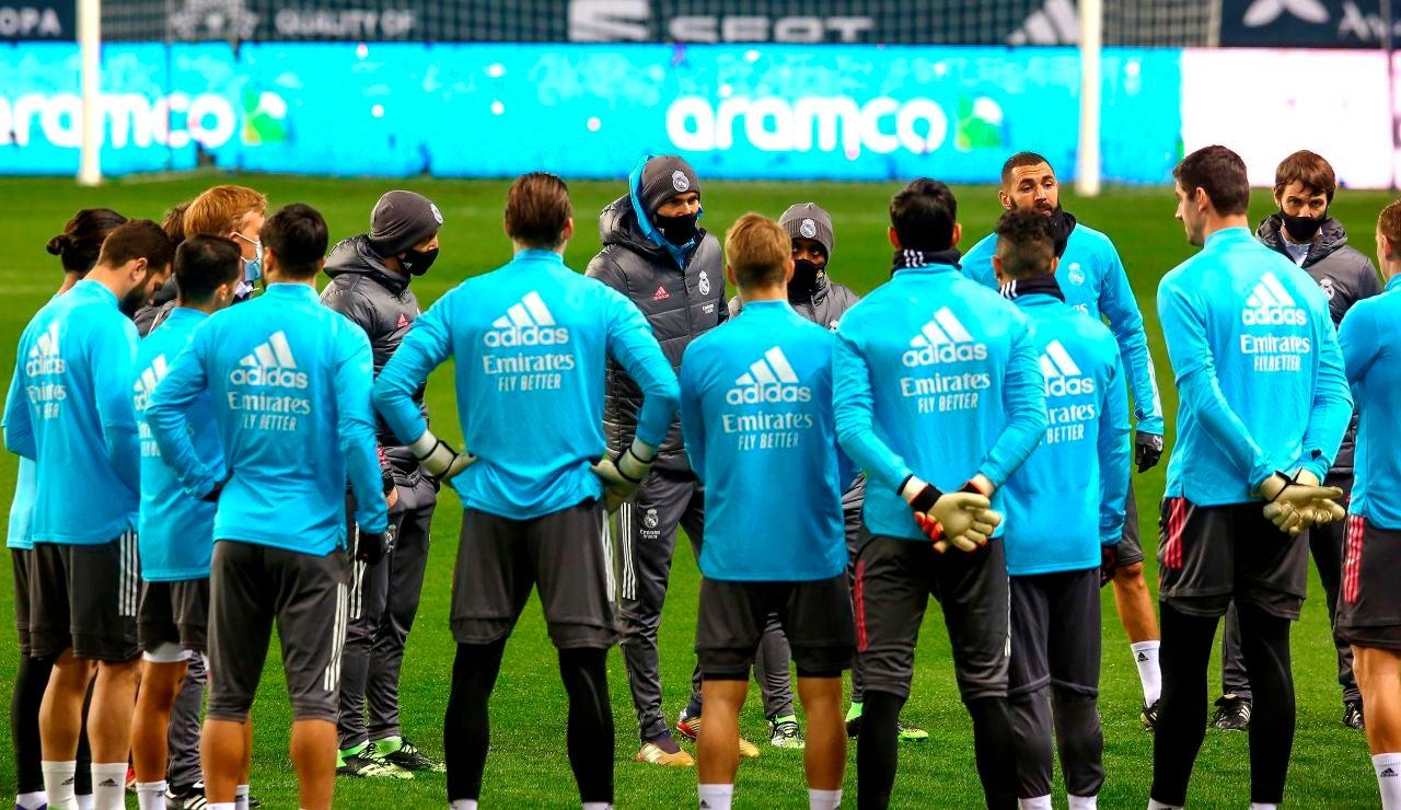 Zidane da instrucciones a sus jugadores en un entrenamiento