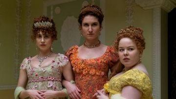 Harriet Cains, Bessie Carter y Nicola Coughlan