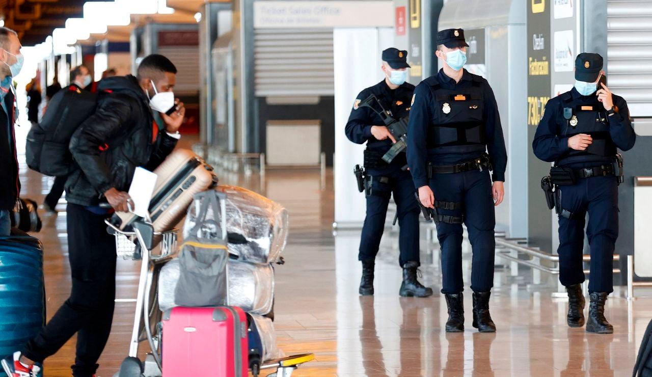 Varios policías patrullan por el aeropuerto Adolfo Suárez