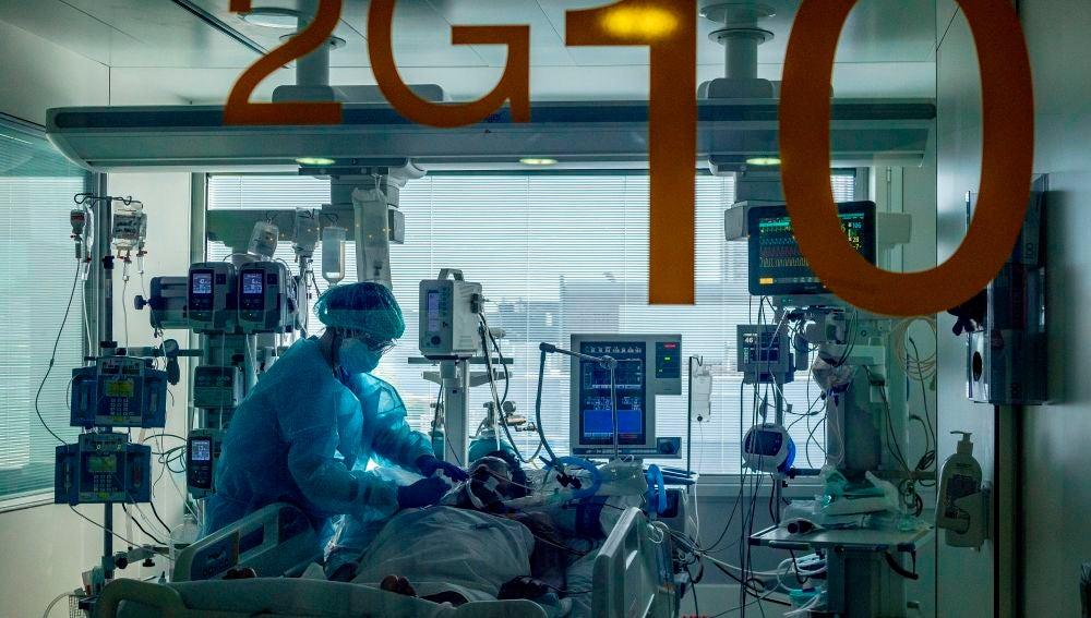 Una sanitaria atiende a un paciente en el Hospital Universitario de Bellvitge