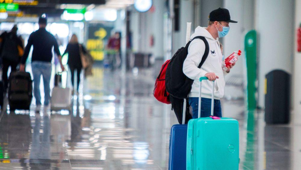 Un viajero en el aeropuerto de Madrid