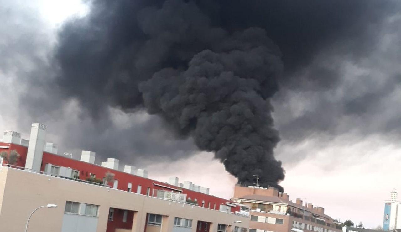 Columna de humo del incendio de Montecarmelo en Madrid