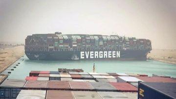 Un buque bloquea el Canal de Suez