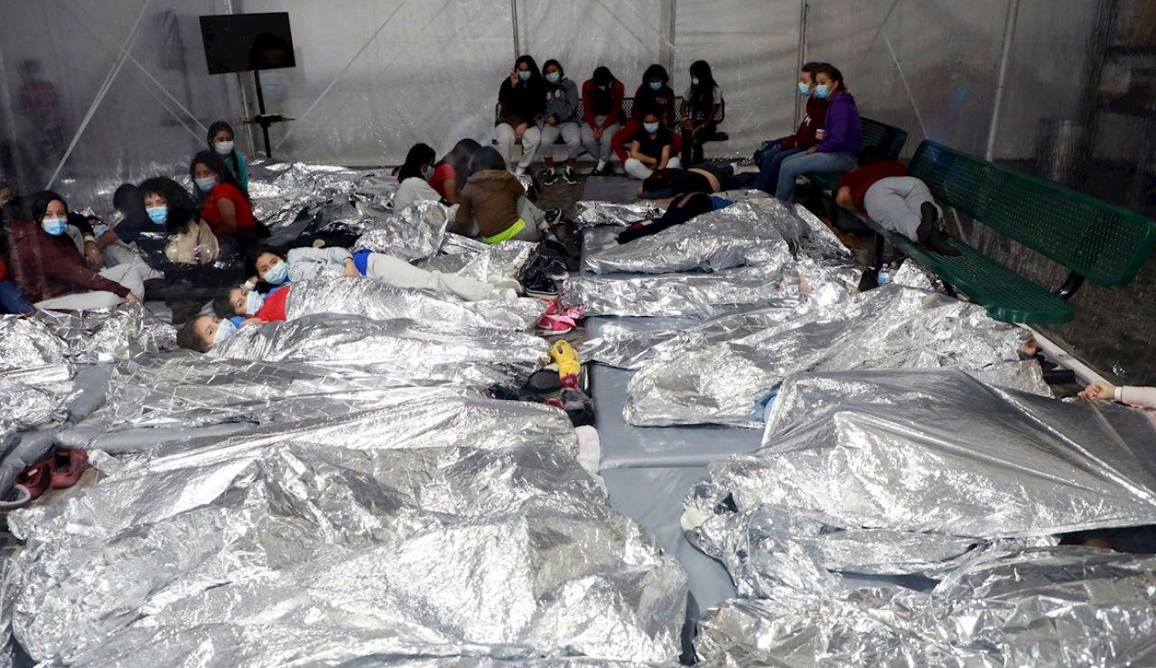 otografía del 17 de marzo cedida por la Oficina de Aduanas y Protección de Fronteras (CBP) donde se muestra a un grupo de niños acostados dentro de una de las carpas de la Patrulla Fronteriza en las instalaciones de procesamiento temporal en Donna, Texas