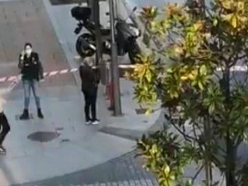 Agentes de la Ertzaintza buscan a los autores de un atraco en una sucursal de banco en Irún