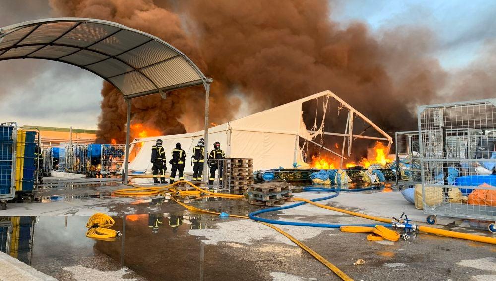 Vídeo: Las impactantes imágenes del incendio en el barrio Montecarmelo de Madrid