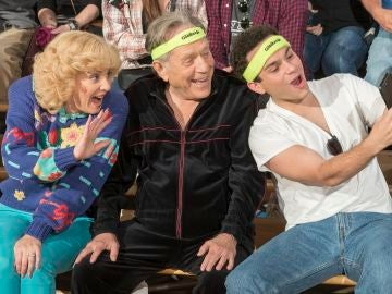 Wendi McLendon-Covey, George Segal y Troy Gentile de 'Los Goldberg'