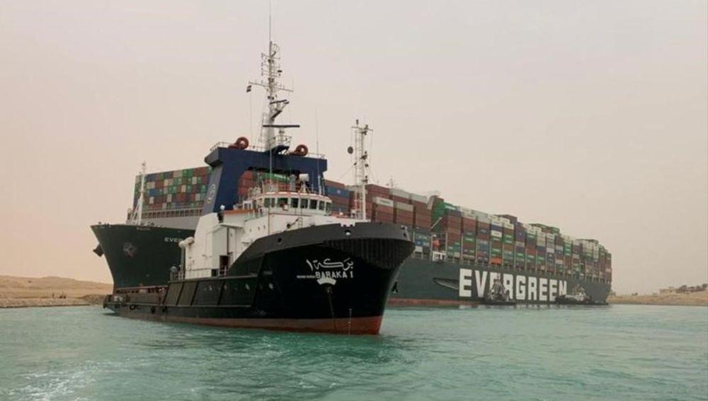 El buque bloqueando el Canal de Suez.