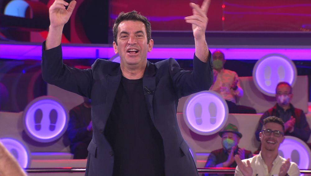 Arturo Valls se anima con un cántico futbolero en '¡Ahora caigo!'