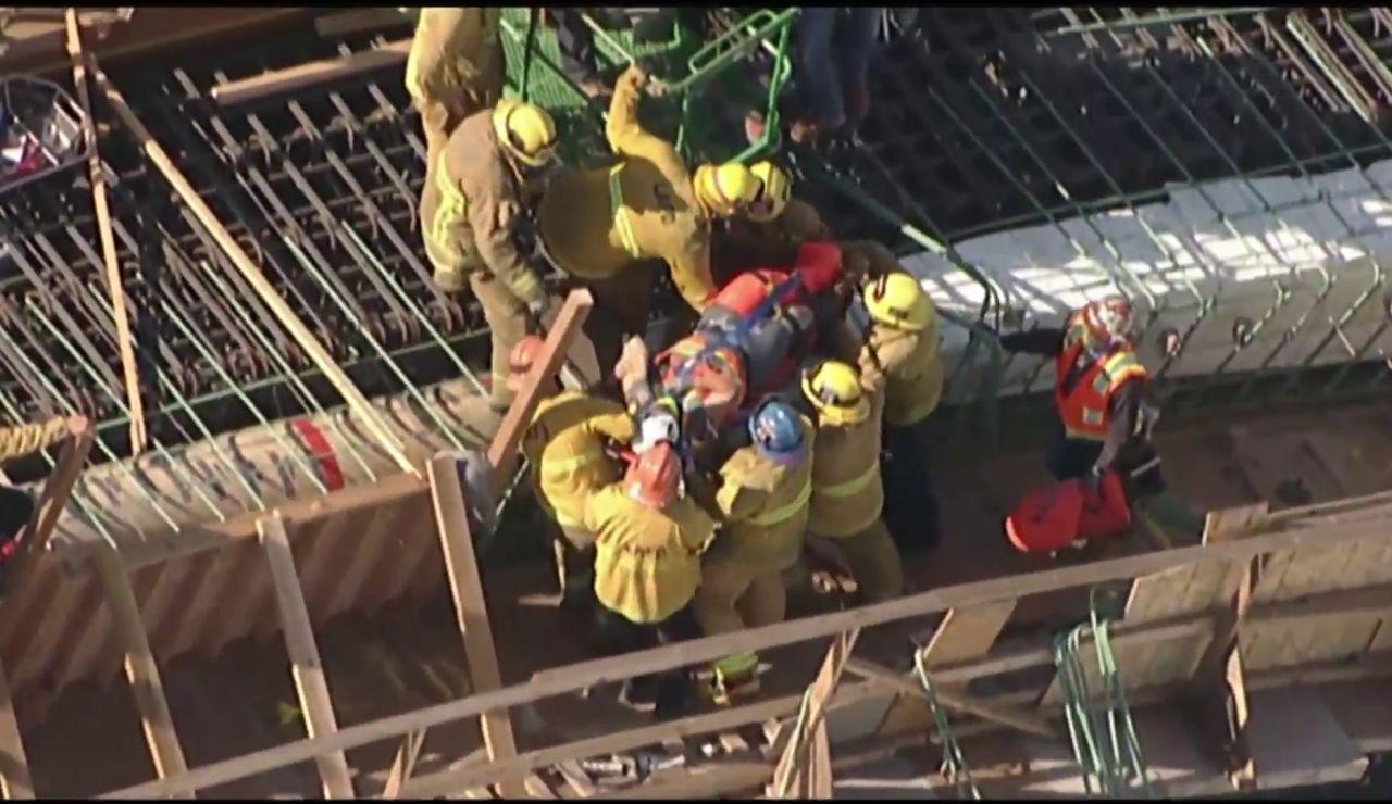Espectacular rescate a un trabajador durante las obras de un puente en Los Ángeles
