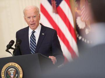 El presidente de EE.UU., Joe Biden, habla durante la primera rueda de prensa de su mandato,